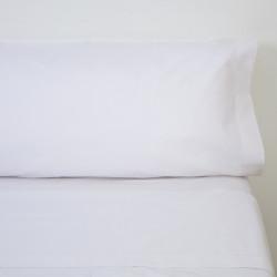 Conjunto de cama branco do hotel